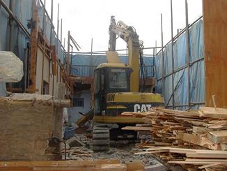 木造住居部分の解体が終わり、基礎土間部分の工程に入ります。